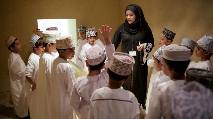 أمينة العبرية، أخصائية تعليم بالمركز أثناء تقديم جولة إرشادية للطلاب