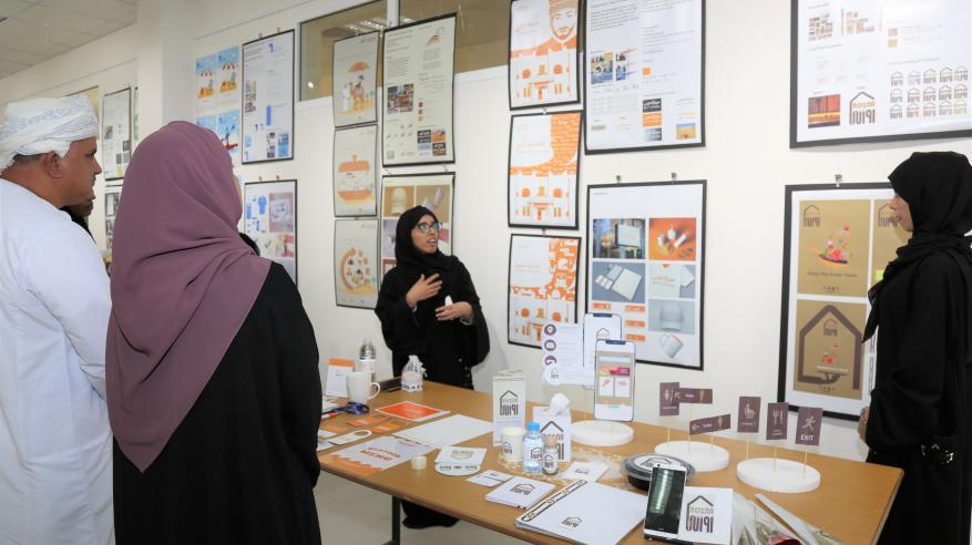 """إزاحة الستار عن مشاريع تخرج طلاب التصميم في """"تطبيقية نزوى"""""""