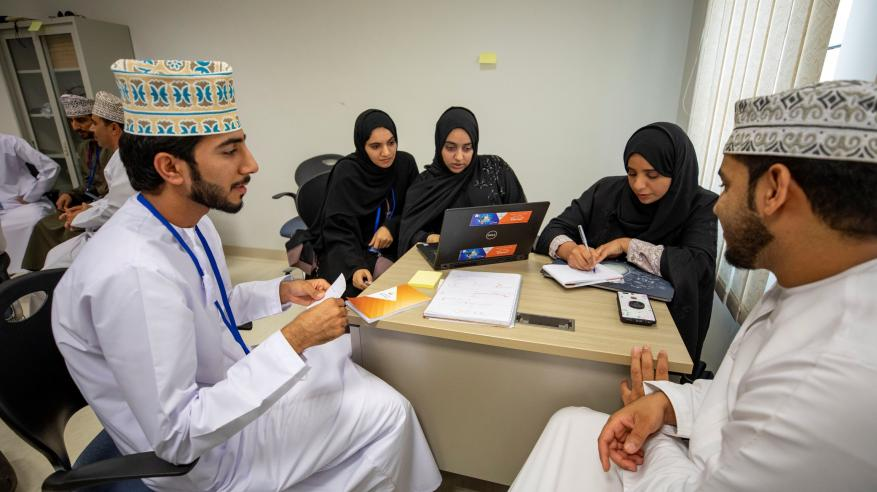 المشاركين أثناء الإعدادا لمشاريع العروض