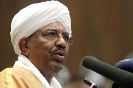 بالفيديو.. سودانيون يقتحمون منزل عمر البشير