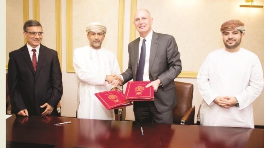 """جامعة السلطان قابوس تبرم اتفاقية تعاون مع """"جاكوبس العالمية"""" لإنشاء مواقف سيارات منتجة للكهرباء"""