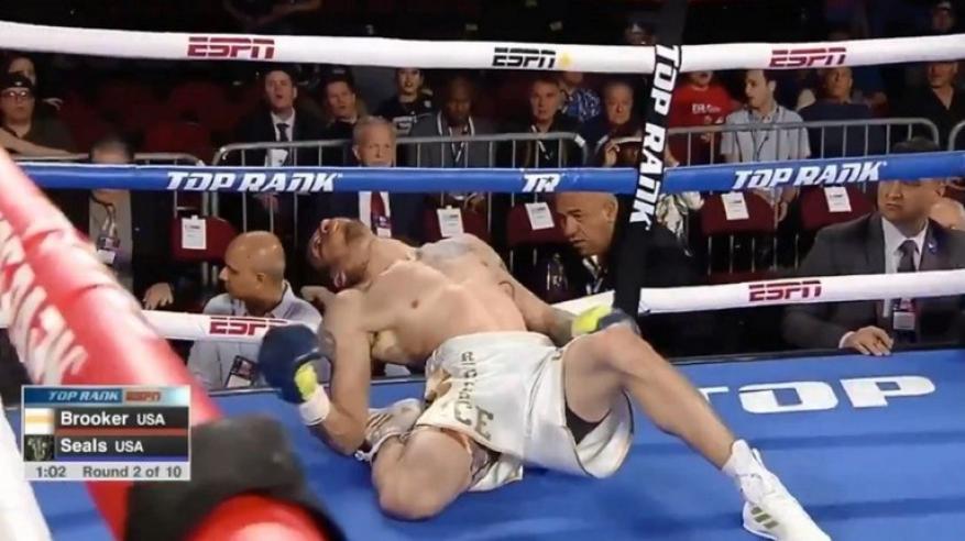 """بالفيديو.. """"ضربة قاضية"""" مثيرة للجدل في مباراة ملاكمة"""