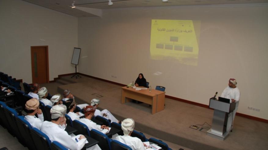"""دورة تدريبية لتعريف طلاب جامعة السلطان قابوس باختصاصات """"الشؤون القانونية"""""""