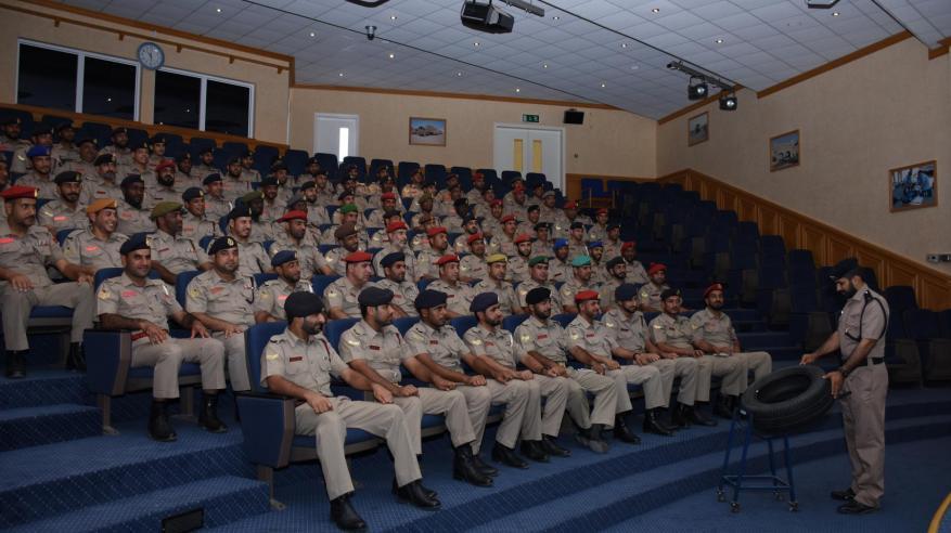 منتسبو الجيش السلطاني يزورون معهد السلامة المرورية