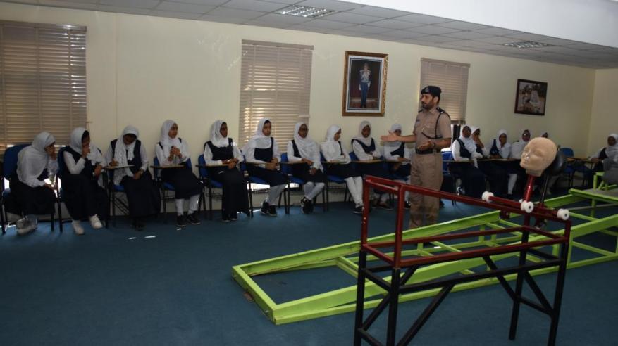 معهد السلامة المرورية يستقبل طالبات مدرسة العامرات للتعليم العام