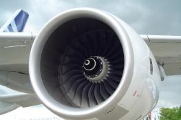 """بالفيديو: رمي العملات في محرك الطائرات.. """"خرافة مدمرة"""""""