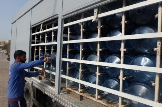 خبراء: تعريض عبوات المياه البلاستيكية للحرارة وسوء التخزين يتسبب في اختلال العناصر الكيميائية ويهدد الصحة العامة