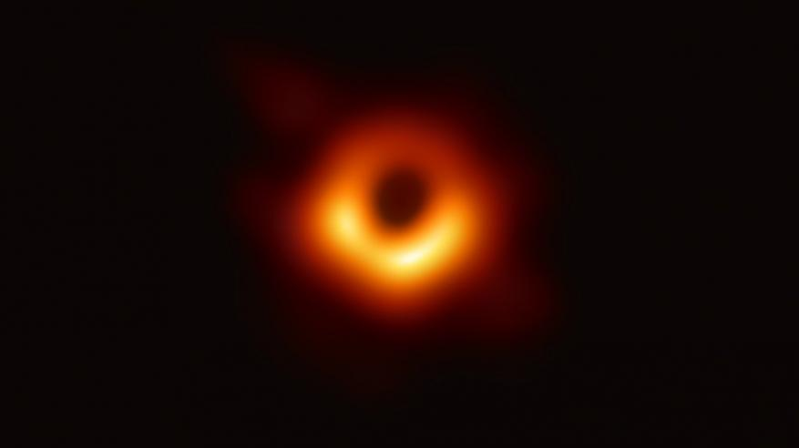 """بالفيديو.. الكشف عن أول لقطة لـ """"الثقب الأسود"""" في التاريخ"""