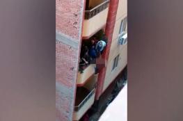 بالفيديو: مصري يلقي زوجته من شرفة المنزل .. والجيران يتدخلون