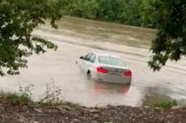 """هندي يلقي بسيارته الجديدة في الماء لسبب """"طفولي"""""""