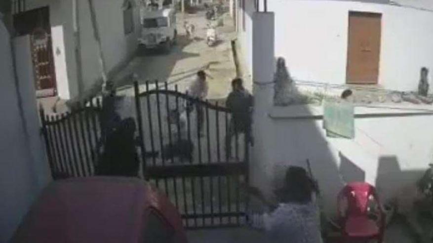 بالفيديو.. هندية شجاعة تنقذ زوجها من الموت على يد عصابة