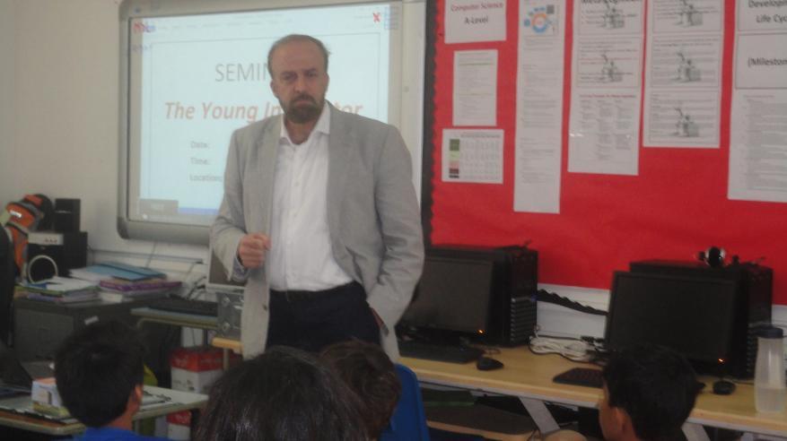 مبتكر شاب يحفز طلاب المدرسة البريطانية على الإبداع
