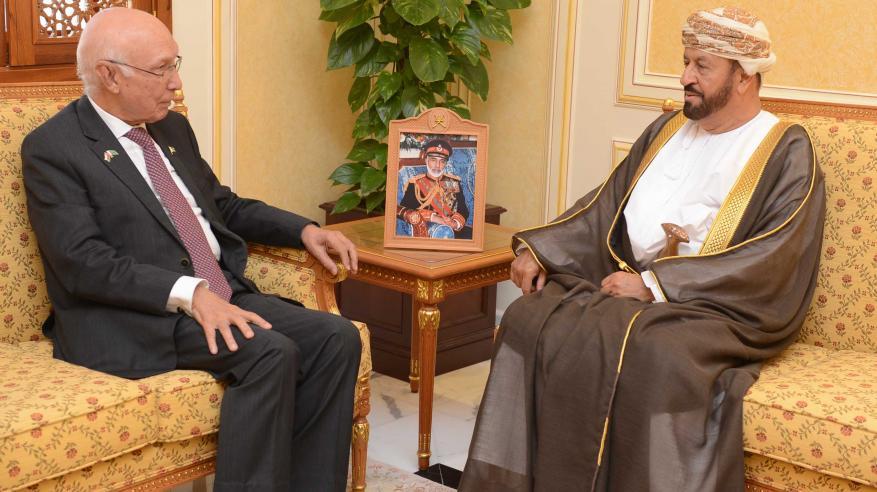 بدر بن سعود يستعرض التعاون مع مستشار رئيس الوزراء للشؤون الخارجية بباكستان