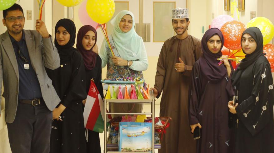 وفد من كلية الشرق الأوسط يزور الأطفال المصابين بالسرطان