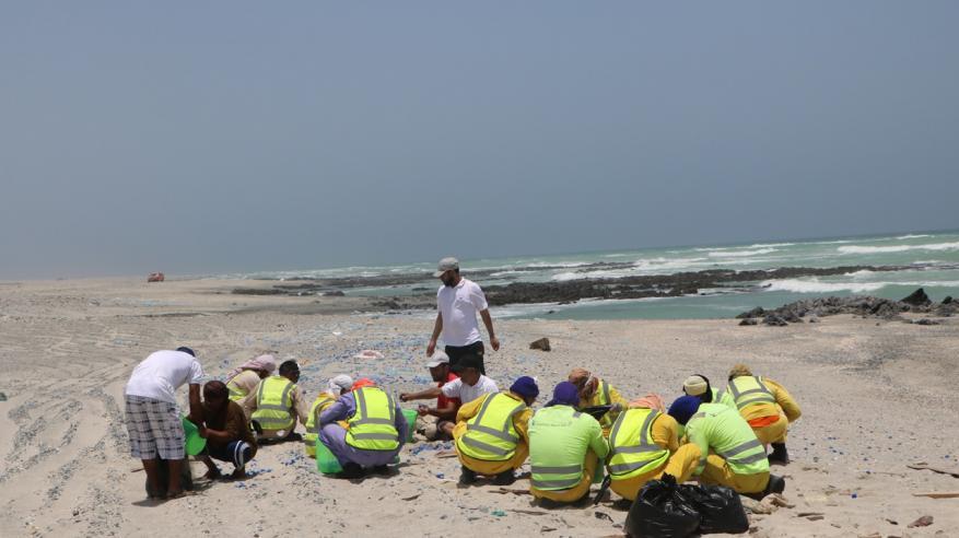 """""""البيئة العمانية"""" تنظم حملة تطوعية لتنظيف جزيرة مصيرة"""