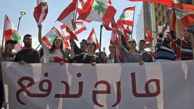 متظاهرون لبنانيون يحتجون على زيادات ضريبية مقترحة