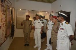 قائد الأسطول البحري الصيني يزور متحف قوات السلطان المسلحة