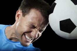 """دراسة: ضرب كرة القدم بالرأس """"قد يؤدي"""" لأعراض تشبه الارتجاج"""