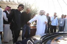 بالصور.. رونالدينيو يشتري أول سيارة في معرض الرياض