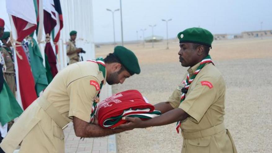 تسليم علم السلطنة لقائد عام المخيم