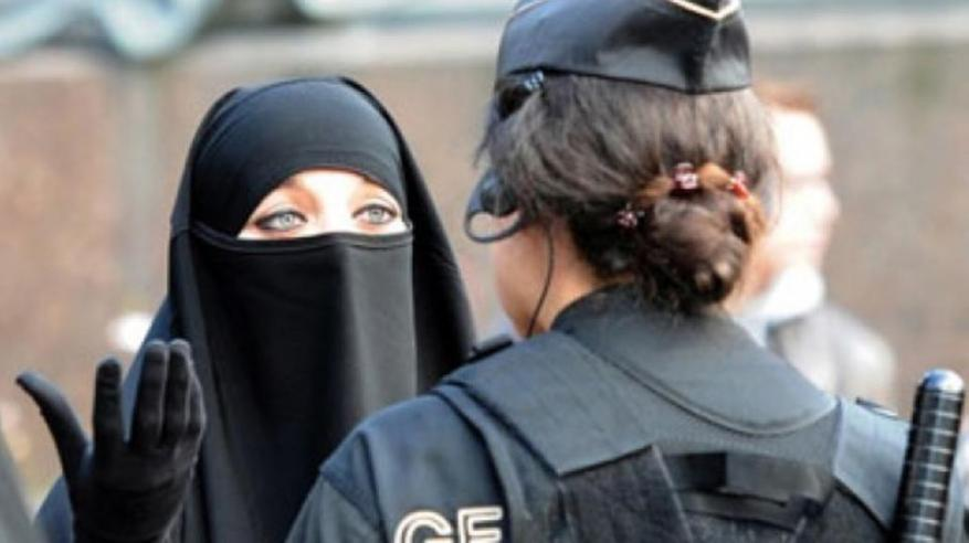 يقطع آلاف الأميال لدفع غرامات ارتداء النقاب في الدنمارك