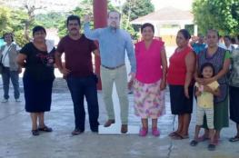 """عمدة ولاية مكسيكية لم يستطع حضور فعالية.. فأرسل """"صورته""""!"""