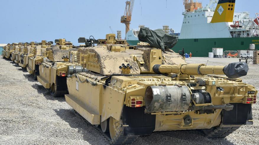 """دبابات وعربات نقل بريطانية تصل السلطنة استعدادا لـ""""السيف السريع 3"""""""
