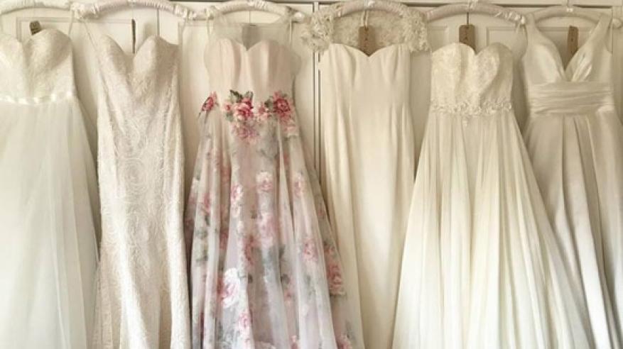 ترتدي فستان الزفاف في كل مكان بعد عام من زفافها!