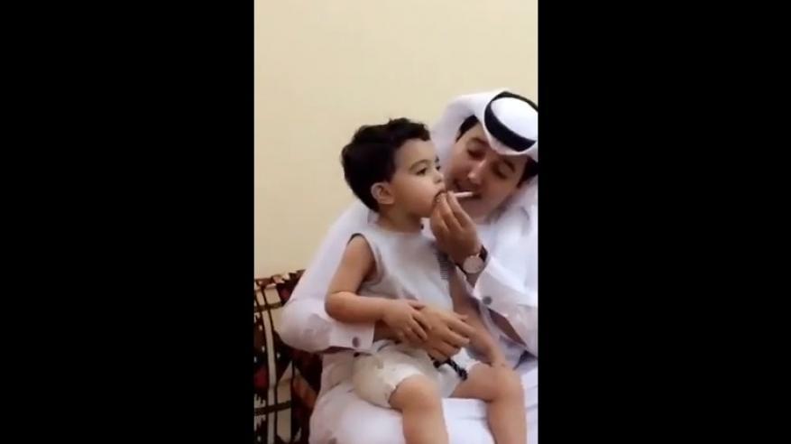 """بالفيديو.. """"سعودي يجبر طفل على التدخين"""" يشعل مواقع التواصل"""