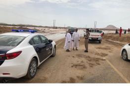 السجن والغرامة عقوبة سائقين جازفا بعبور أحد الأودية بالظاهرة