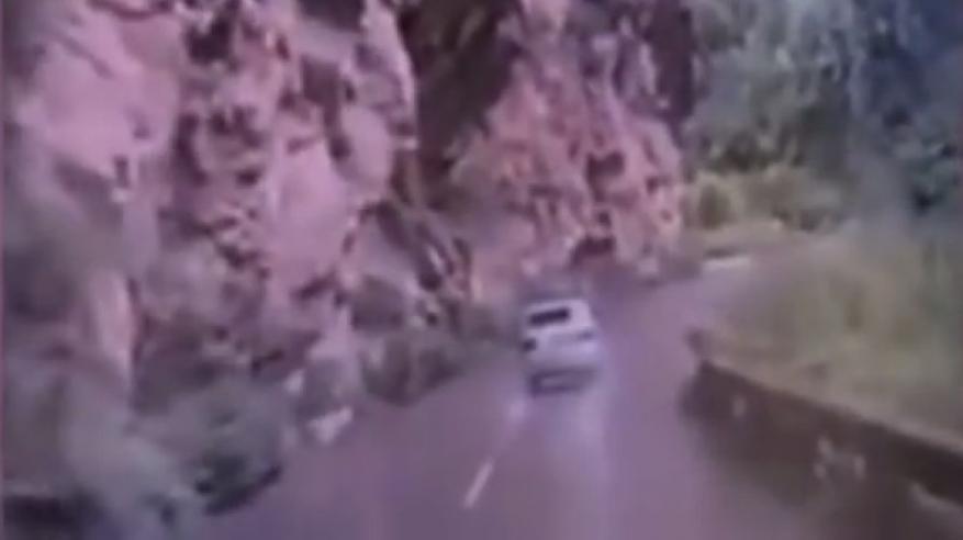 بالفيديو: صدفة لا تتكرر.. صخرة تسقط علي مركبة بطريقة درامية
