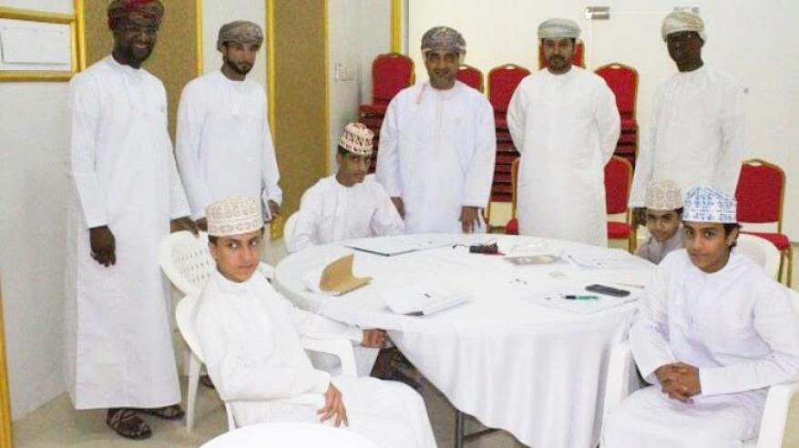 فريق من جامعة السلطان قابوس يزور نادي المصنعة للبحث والابتكار العلمي