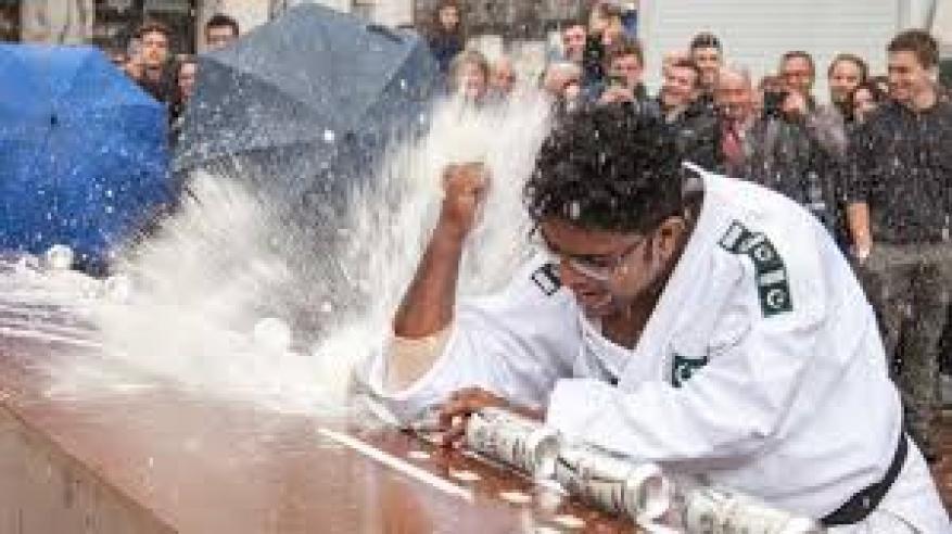 """بالفيديو.. باكستاني يسحق 80 عبوة من المشروبات الغازية ويدخل موسوعة """"جينيس"""""""