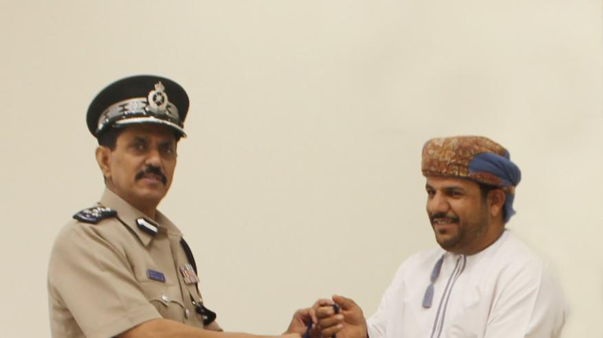 الشرطة تكرم مواطنا لتعاونه