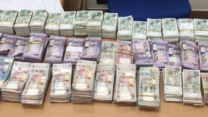 """الشرطة تلقي القبض على """"الطبيب المزيف"""" وتضبط آسيوي سرق 43 ألف دولار بمسقط"""