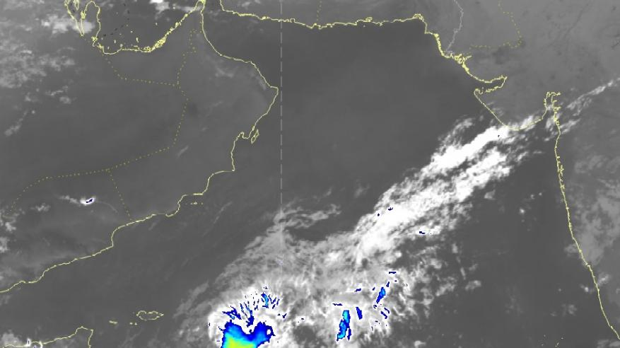 تراجع تصنيف الحالة الجوية في بحر العرب.. وأمطار متفرقة على بعض المناطق اليوم وغدا