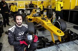 """الفائز بحملة """"إنفينيتي"""" يحقق حلمه ويقود سيارة """"فورمولا 1"""" في إسبانيا"""