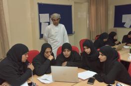 240 معلمًا ومعلمة في البرنامج التدريبي لمناهج سلاسل الرياضيات بالداخلية