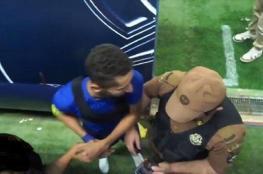 بالفيديو.. لاعب سعودي يعتدي على رجل أمن في الملعب .. والواقعة تتحول إلى القضاء
