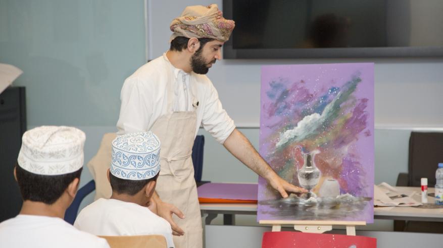 عبدالله الرجيبي، أخصائي تعليم بالمركز أثناء تقديم ورشة فنية عن بعض المقتنيات بالمتحف