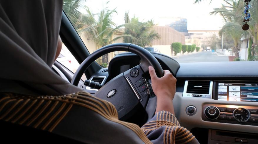 علماء: النساء أفضل من الرجال في قيادة السيارات