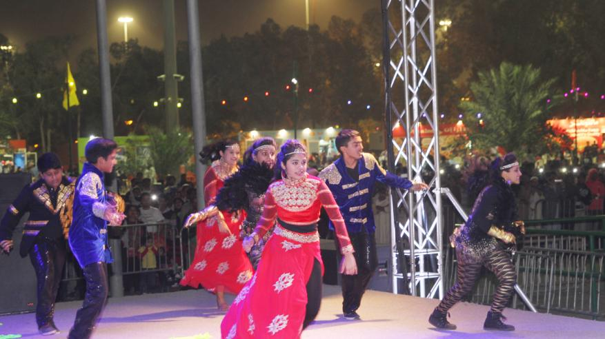 الفرقة الهندية تبهر زوار المهرجان برقصات بوليود