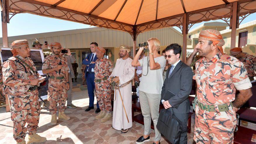 """بدر بن سعود ووزيرة الدفاع الإيطالية يشهدان البيان العملي للتمرين العماني الإيطالي المشترك """"جبل شمس 1"""""""