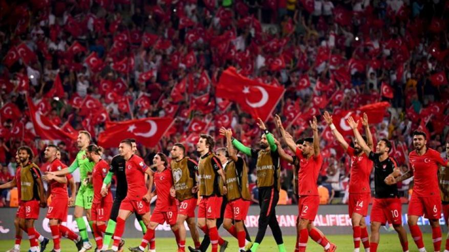 """تركيا تصعق """"الديوك"""" بهدفين في هزيمة مفاجئة لبطل العالم"""