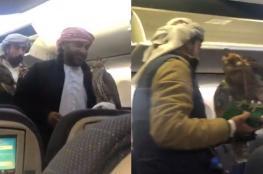 """بالفيديو .. """"صقور خليجية"""" تثير الرعب على متن طائرة ركاب"""