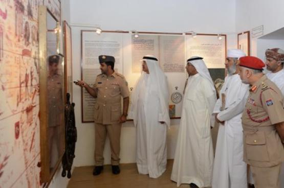 """وفد """"المحاكم العليا والتمييز"""" بالكويت يزور متحف قوات السلطان المسلحة"""