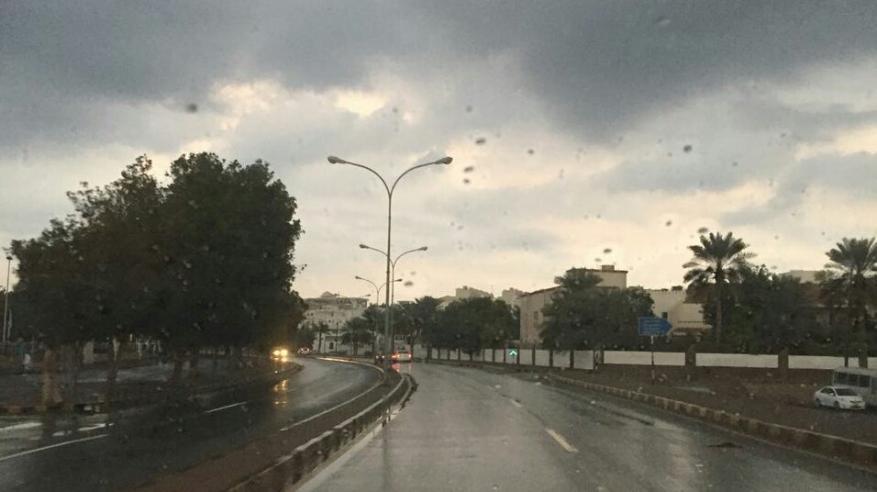 بدء تأثيرات المنخفض الجوي بأمطار على بعض المناطق بمسقط