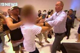 بالفيديو .. مراهق  يرشق سيناتور أسترالي بالبيض لدفاعه عن سفاح المسجدين