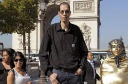 بالفيديو والصور .. مأساة أطول رجل في أوروبا