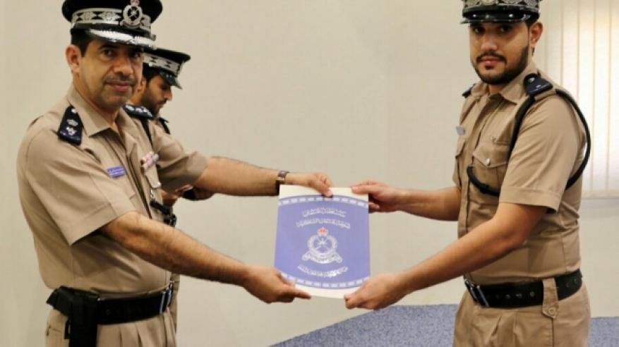 قيادة شرطة محافظة مسقط تختتم البرنامج التدريبي لمنتسبيها